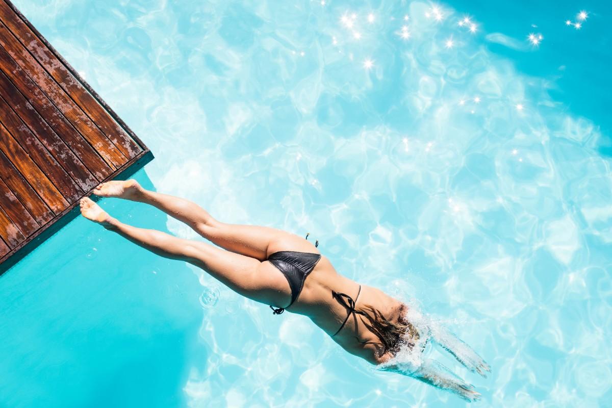 errores a evitar al nadar: no saltar al agua después de comer
