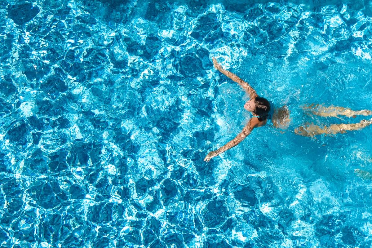 errores a evitar al nadar: calentar antes de nadar